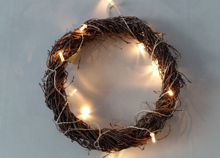 рождественский венок с гирляндой из веток березы
