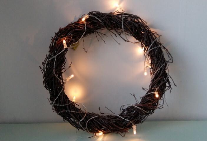новогодний венок с гирляндой с теплым светом