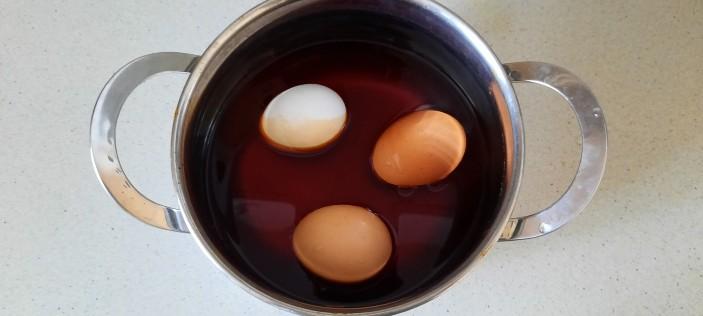 покраска яиц луковой шелухой к пасхе